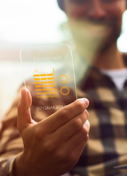 Homem segurando um celular transparente