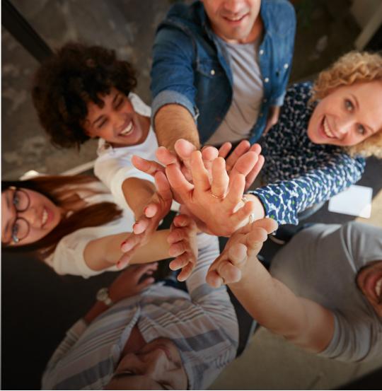 grupo de pessoas fazendo um high five